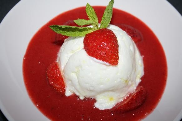 Soupe de fraises façon île flottante