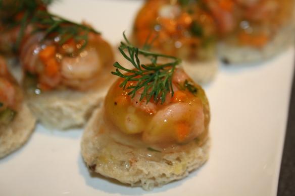 Aspics de crevettes sur toasts de raifort