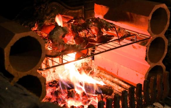 Homards grillés au feu de bois