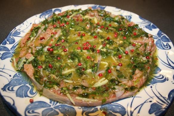 Saumon cru mariné aux herbes fraîches