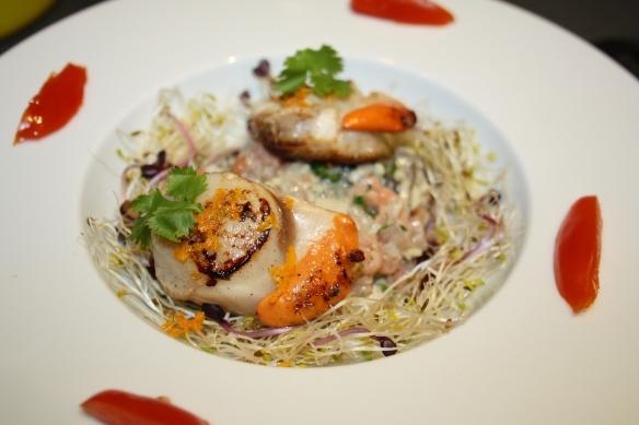St Jacques sur son tartare d'huîtres et saumon au gingembre